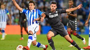 Martin Zubimendi (Real Sociedad) face à Kevin Volland (AS Monaco), le 30 septembre 2021 à Anoeta. (ANDER GILLENEA / AFP)