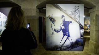 """Flower Thrower"" (2005), Banksy, exposition Alfandega Congress Center, Porto, Portugal, 10 mars 2019 (OMAR MARQUES / SOPA IMAGE/SIPA / OMAR MARQUES)"