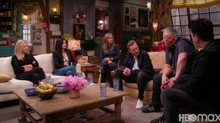 """Extrait de la bande annonce de l'épisode spécial de """"Friends"""" avec les six acteurs principaux ( de gauche à droite ) : Lisa Kudrow, Courteney Cox, Jennifer Aniston, Matthew Perry,Matt LeBlanc et David Schwimmer. (CAPTURE D'ÉCRAN YOUTUBE / HBO MAX)"""