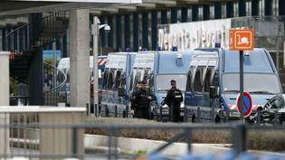 Des policiers bouclent l'aéroport d'Orly, samedi 18 mars. (CHRISTOPHE SIMON / AFP)