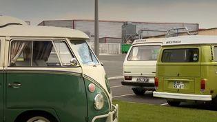 Le salon du véhicule de loisirs vient de se terminer au parc des expositions de Paris. À cette occasion, les journalistes de France 3 ont rencontré des amoureux du Combi Volkswagen, qui fête ses 70 ans. (France 3)