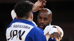 Teddy Riners'estremobilisé après sa défaite en quarts de finale pour arracher la médaille de bronze aux JO de Tokyo, aux dépens du JaponaisHisayoshi Harasawa, le 30 juillet 2021. (FRANCK FIFE / AFP)