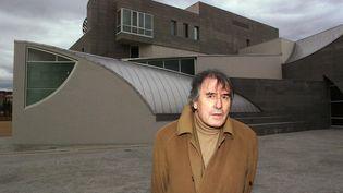 L'architecte Henri Gaudin pose devant la nouvelle Ecole normale supérieure (ENS), le 04 décembre 2000 à Lyon. (PHILIPPE MERLE / AFP)