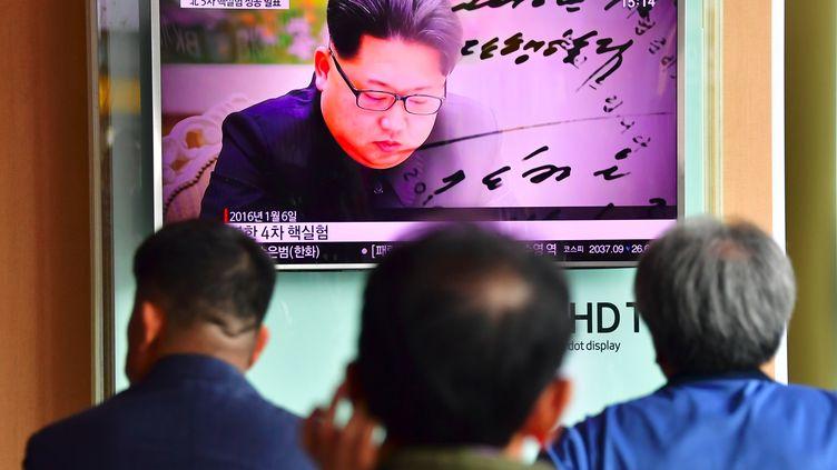 Des téléspectateursregardentun journal télévisé annonçant que la Corée du Nord a effectué un essai nucléaire le 9 septembre 2016. (JUNG YEON-JE / AFP)