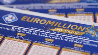 Une grille de jeu de l'Euromillions, à Paris, le 27 mars 2018. (JOEL SAGET / AFP)