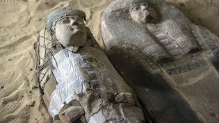 Sarcophages à l'intérieur de la tombe découverte sur le plateau de Guizeh (4 mai 2019) (MAHMOUD KHALED / AFP)