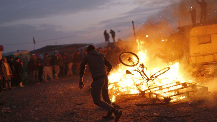 """Des migrants protestent contre le démantèlement de la """"jungle"""", à Calais, le 25 octobre 2016. (MAXPPP)"""