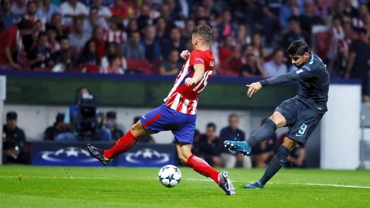 Diego Godin (Atlético Madrid) s'interpose sur un tir d'Alvaro Morata (Chelsea) (GUILLERMO MARTINEZ / ANADOLU AGENCY)