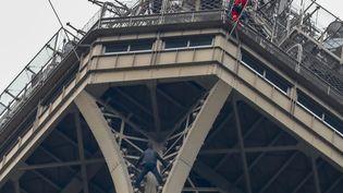 Un homme a escaladé la tour Eiffel avant d'êtreapproché par un pompier du GRIMP, lundi 20 mai 2019 à Paris. (FRANCOIS GUILLOT / AFP)