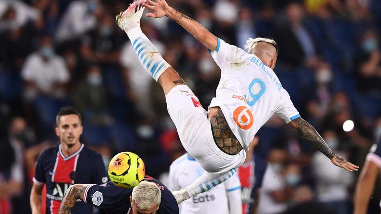 Dario Benedetto tombe sur Leandro Paredes lors de PSG-OM, le 14 septembre 2020 (FRANCK FIFE / AFP)