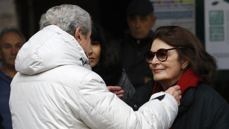 Claude Lelouch et Anouk Aimée aux obsèques de Pierre Barouh. Cimetière Montmartre, le 4 janvier 2017.  (Patrick Kovarik / AFP)
