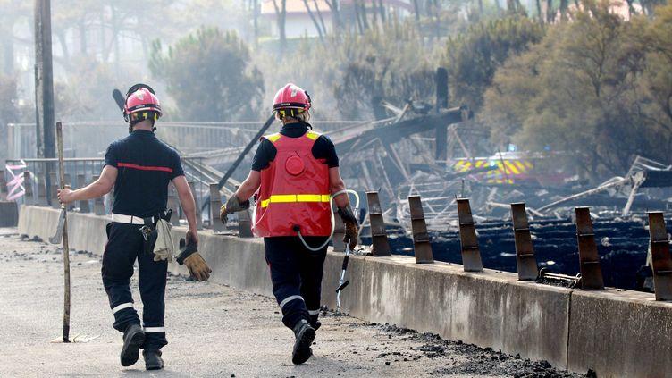 Deux pompiers lors de l'incendie à Anglet, le 31 juillet 2020. (CHOPIN JEAN DANIEL / MAXPPP)