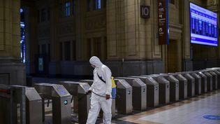 Désinfection dans une gare à Buenos Aires, le 24 avril 2020, en pleine épidémie de coronavirus covid-19. (RONALDO SCHEMIDT / AFP)