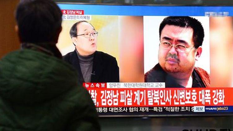 Un Sud-Coréen regarde à la télévision une photo (à droite) de Kim Jong-nam dans une gare de Séoul, le 14 février 2017. (Reuters - News1 - Lim Se-young)