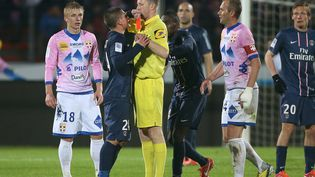 Le milieu défensif du PSG Marco Verratti se fait expulser lors du match du PSG contre Evian Thonon Gaillard, le 28 avril 2013 à Annecy (Haute-Savoie). (JOHN BERRY / GETTY IMAGES EUROPE)