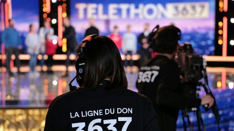 Des techniciens travaillant lors du Téléthon 2020, à Paris, le 5 décembre 2020. (GILLES GUSTINE / FRANCE TELEVISIONS / AFP)
