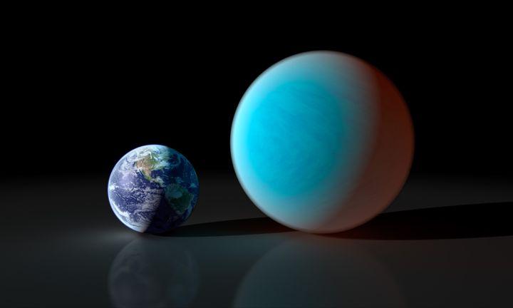 La planète 55 Cancri-e (à droite) comparée à la Terre, dans une représentation réalisée le 26 septembre 2011. (NASA / JPL-CALTECH / R.HUNT (SSC) / AFP)