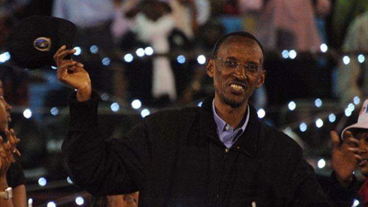 Paul Kagame célébrant sa victoire au stade d'Amahoro à Kigali le 10 août 2010 (AFP - SIMON MAINA)