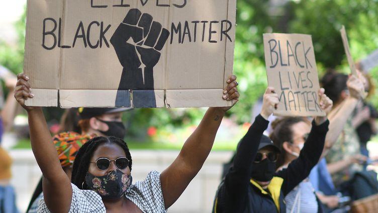 """Des manifestants brandissent des pancartes """"Black Lives Matter"""" lors d'une marche contre le racisme et les violences policières organisées à Londres, le 5 juillet 2020. (JUSTIN TALLIS / AFP)"""