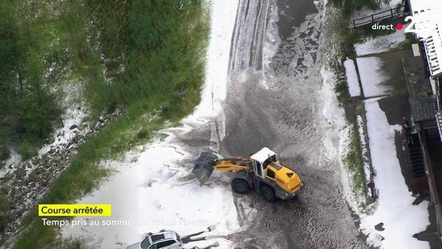 Les images de la route impraticable après l'averse de grêle qui a provoqué l'interruption de l'étape