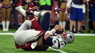 Tom Brady est plaqué par Grady Jarrett, le 5 février 2017, lors d'une rencontre de NFL entre les New England Patriots et les Atlanta Falcons, à Houston (Texas). (TIMOTHY A. CLARY / AFP)