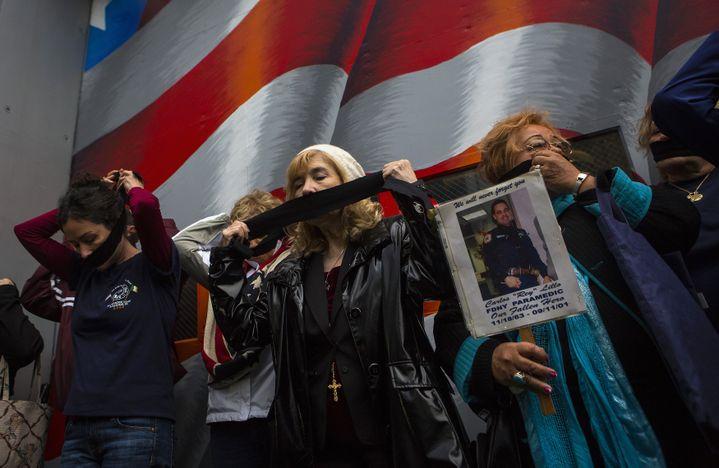 Des familles de victimes s'opposent au transfert des restes des victimes non-identifiées au mémorial du 11-Septembre, le 10 mai 2014, à New York (Etats-Unis). (ERIC THAYER / REUTERS)
