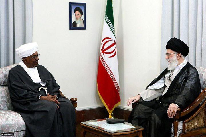 Le président soudanais Omar Al-Bachir (D) recu par le guide suprême iranien Ali Khamenei (G) le 26 juin 2011, à l'époque où Khartoum entretenait encore de bonnes relations avec Téhéran. (AFP PHOTO/HO/KHAMENEI.IR)