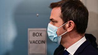 Le ministre de la Santé, OIivier Véran, visite le centre de vaccination contre le Covid-19 de l'hôpital Hôtel-Dieu à Paris, le 4 janvier 2021. (MARTIN BUREAU / POOL / AFP)