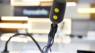 Micros et signalétique Franceinfo. (CHRISTOPHE ABRAMOWITZ / RADIO FRANCE)