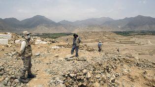 Des archéologues au sommet d'une des pyramides du site archéologique de Caral, à Supe (Pérou), le 13 janvier 2021. (ERNESTO BENAVIDES / AFP)