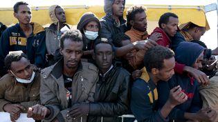 Des migrants arrivés à Salerno (Italie) attendent un repas, le 21 avril 2015. (ALESSIO PADUANO / NURPHOTO / AFP)