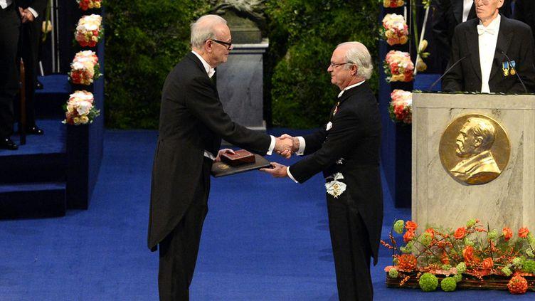 Patrick Nobel reçoit son prix Nobel de littérature des mains du roi de Suède Carl XVI Gustaf, le 10 décembre 2014 à Stockholm  (Jonathan Nackstrand / AFP)