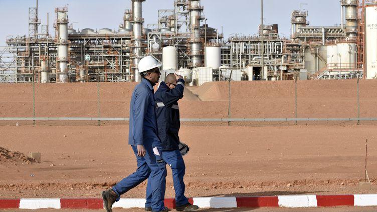 Deux hommes traversent le site de production de gaz de In Amenas (Algérie). (RYAD KRAMDI / AFP)