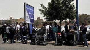 Des diplomates en employés des Nations unies quittent le Yémen, samedi 28 mars 2015, depuis l'aéroport de Sanaa. (MOHAMMED HAMOUD / ANADOLU AGENCY / AFP)