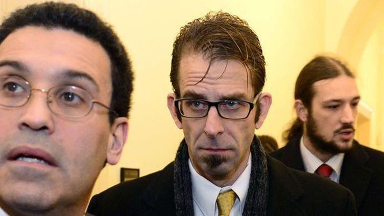 Randy Blythe de Lamb of God (au centre) à son arrivée au tribunal municipal de Prague, le 4 février 2013.  (Roman Vondrous/AP/SIPA)