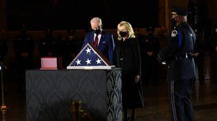 Joe Biden et son épouse Jill Biden rendent hommage à l'agent de police Brian Sicknick,dont la dépouille est exposée au Capitole, le 2 février 2021. (ERIN SCHAFF / AFP)