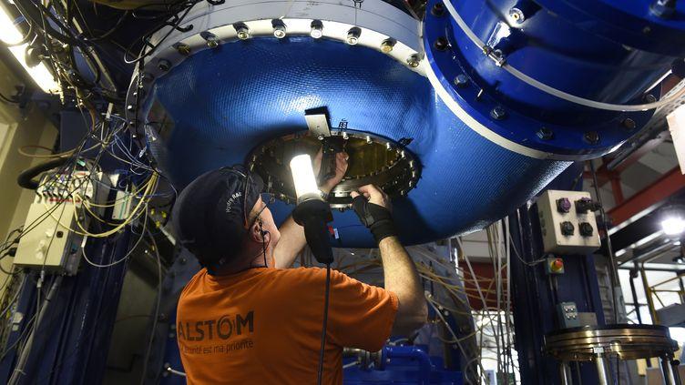 Un ingénieur travaille sur une pompe-turbine au centre de technologie et d'énergie hydraulique, à Grenoble (Isère), le 8 octobre 2014. (PHILIPPE DESMAZES / AFP)