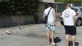 23 août 2013 des fleurs sur les lieux du meurtre de Jacques Blondel, 61, tué à Marignane lorsqu'il tentait d'empêcher le braquage du 22 aout (BORIS HORVAT / AFP)