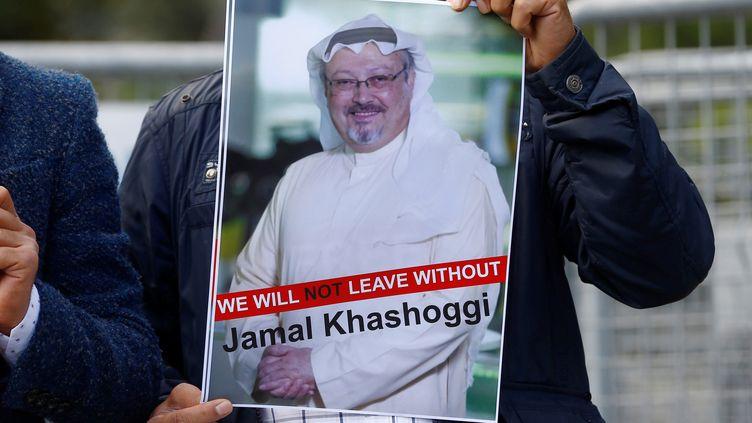 Un homme tient unportrait du journaliste Jamal Khashoggi devant le consulat d'Istanbul (Turquie), le 5 octobre 2018. (OSMAN ORSAL / REUTERS)