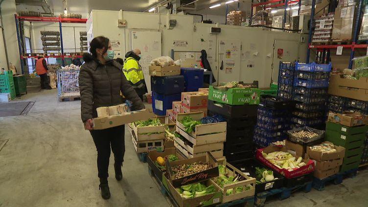 Dans le hangar alimentaire d'une association de lutte contre la pauvreté en Meurthe-et-Moselle. (FRANCEINFO)