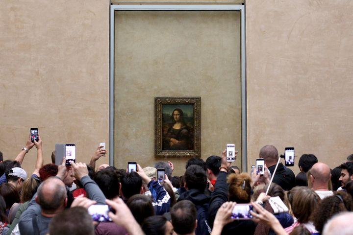 Des visiteurs prennent en photo la Joconde, oeuvre phare du musée du Louvre. Avril 2018.  (Pedro Fiuza / NurPhoto)