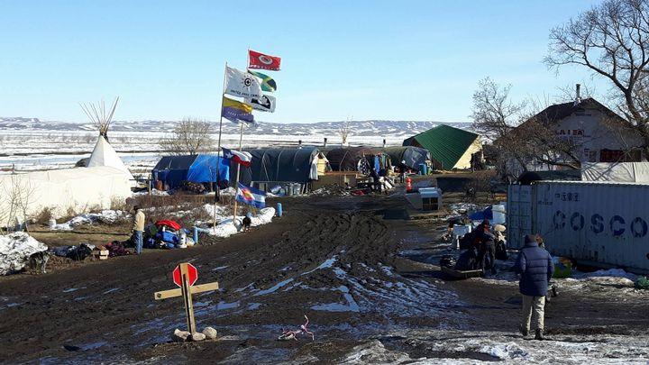 Au milieu de laréserve indienne de Standing Rock, un campement d'opposants au projet d'oléoduc s'est improvisé, avec des tentes achetées dans les surplus de l'armée et des cabanes plantées dans la boue. (MATHILDE LEMAIRE / RADIO FRANCE)