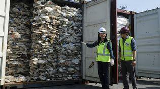 La ministre de l'Environnement, Yeo Bee Yin (gauche), montre des conteneurs de déchets plastiques qui vont être réexpédiés en Australie, le 28 mai 2019 à Kuala Lumpur (Malaisie). (ADLI GHAZALI / ANADOLU AGENCY / AFP)