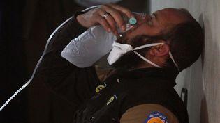 Un homme victime de l'attaque chimique dans la province d'Idleb (Syrie), le 4 avril 2017. (AMMAR ABDULLAH / REUTERS)