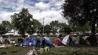 Des réfugiés soudanais, installés dans un camp de fortune porte d'Aubervilliers à Paris, le 10 mai 2019. (CHRISTOPHE ARCHAMBAULT / AFP)