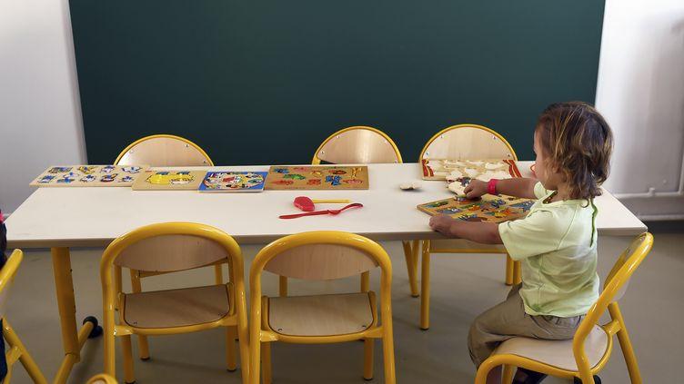 Un élève dans une classe maternelle de Marseille (illustration). (ANNE-CHRISTINE POUJOULAT / AFP)