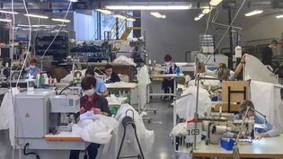 Des ouvriers dans une usine Armani à Trente au nord de l'Italie fabriquent des combinaisons médicales, avril 2020 (HANDOUT / ARMANI GROUP PRESS OFFICE)