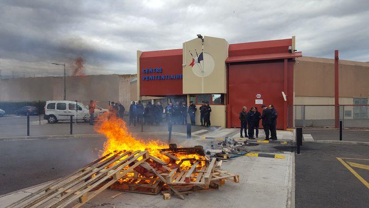 Le centre pénitentiaire de Perpignan (Pyrénées-Orientales) est bloqué par des surveillants, le 7 mars, en réaction à l'attentat commis à la prisonde Condé-sur-Sarthe. (SÉBASTIEN BERRIOT / FRANCE-BLEU ROUSSILLON)