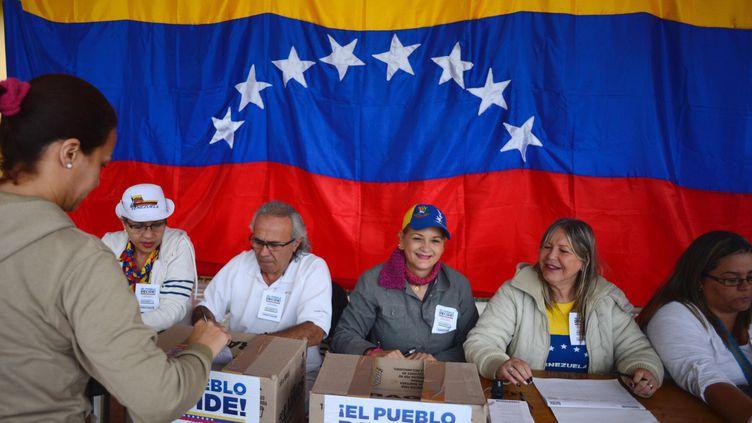 Un bureau de vote du référendum organisé par l'opposition, le 16 juillet 2017 à Caracas (Venezuela). (MANAURE QUINTERO / DPA / AFP)