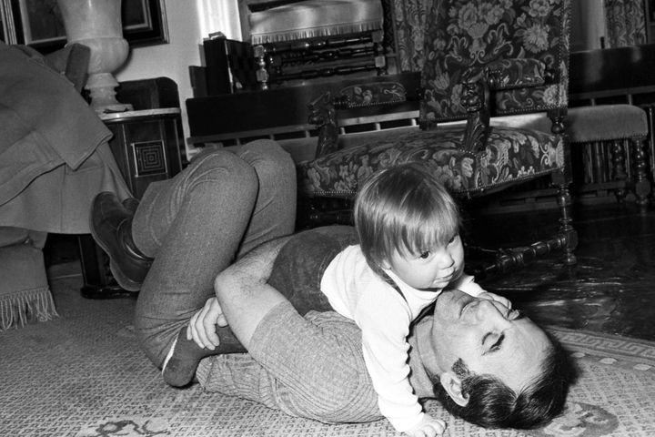 Charles Aznavour et sa fille (© HUGUES VASSAL)
